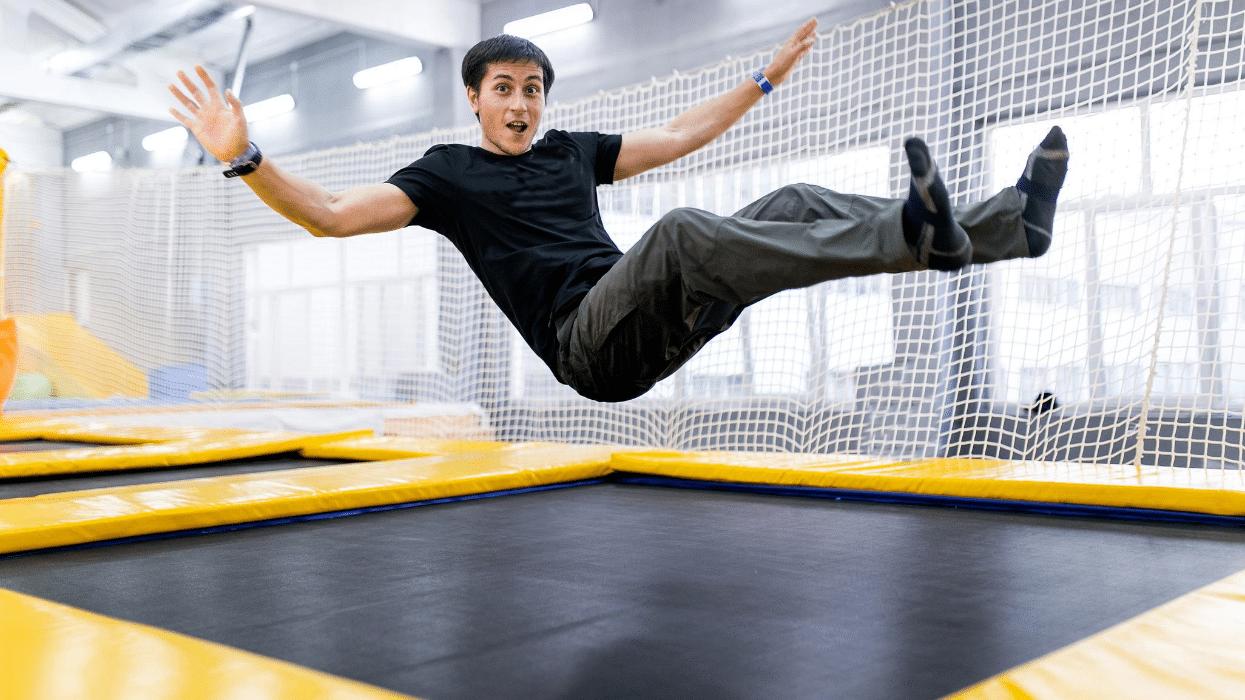 homme qui fait du trampoline